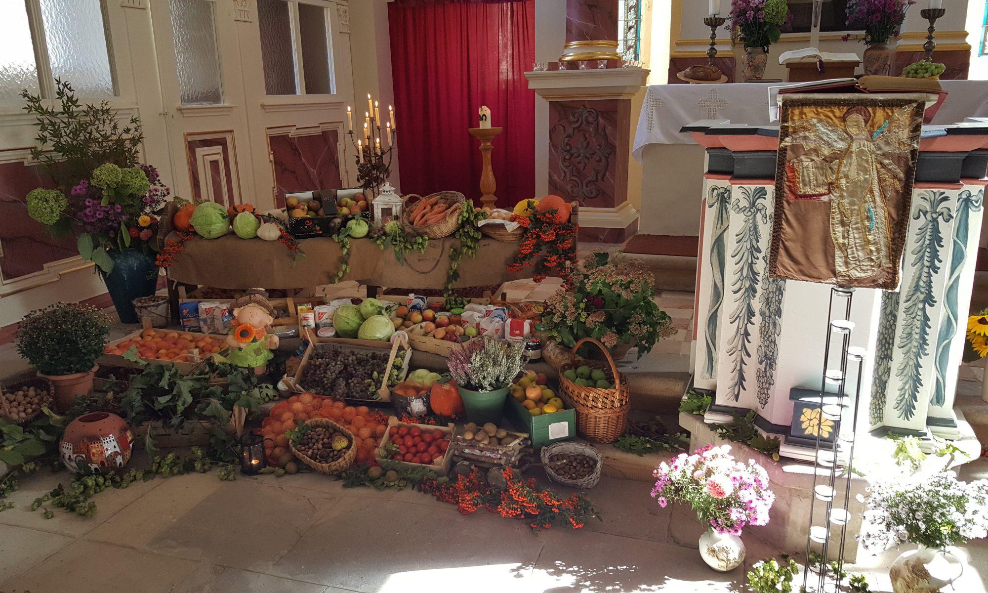 Erntedankgaben am Altar